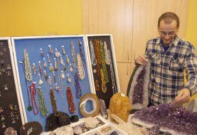 Prodejní výstava obrazů a drahých kamenů