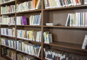 Nové regály v knihovně