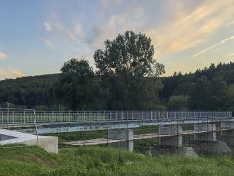 Práce na lávce přes Moravu