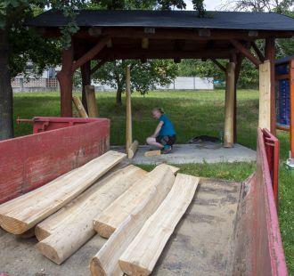 Dřevěný přístřešek pod Bělovem