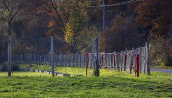 Závora na fotbalovém hřišti