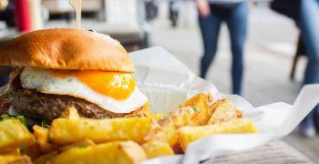 Ministerstvo zdravotnictví umožnilo konzumovat potraviny na veřejnosti