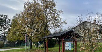 Natřený dřevěný přístřešek