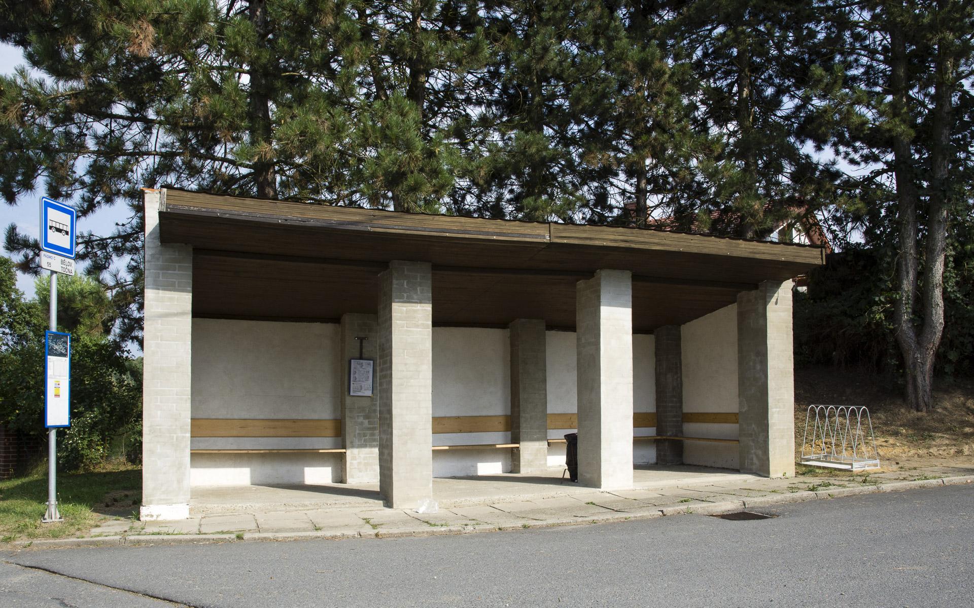 Demontáž laviček na autobusové zastávce